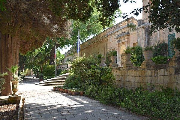 voorkant van het san anton paleis in de san anton tuinen centraal malta