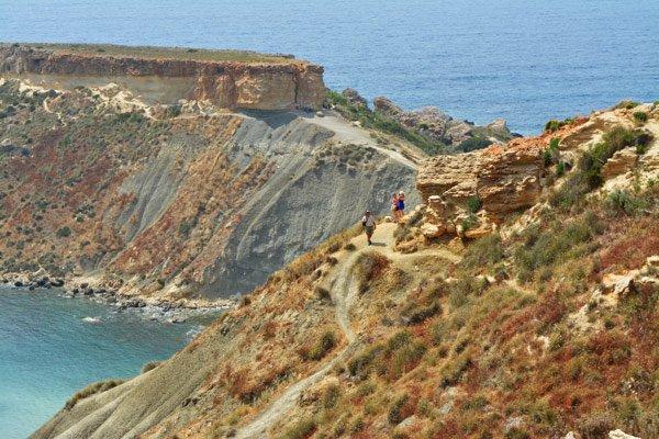 wandelpad op wardija ridge ghajn tuffieha bay noorden van malta
