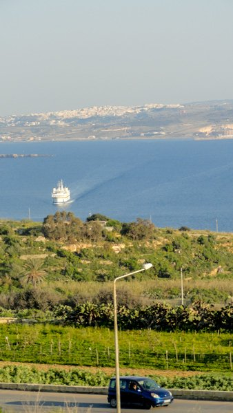 weg bergaf naar mgarr haven ferry gozo eiland