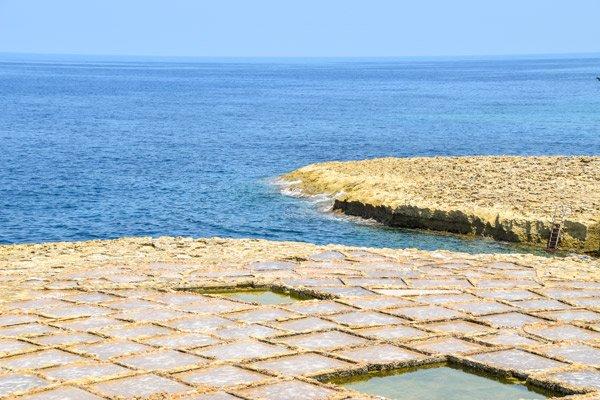 xwejni zoutpannen nabij ladder voor duikers gozo eiland