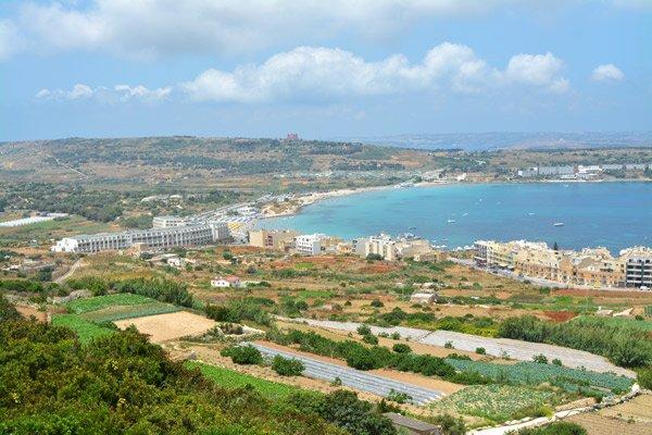 zicht op mellieha bay noorden van malta