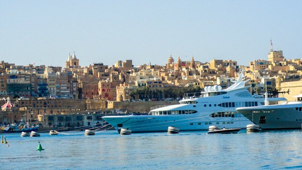 zicht op superjachten en valletta in de verte vanuit the three cities