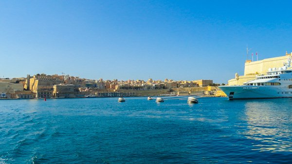 zicht op valletta en jacht en fort st angelo the three cities