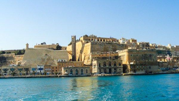 zicht op valletta tijdens ferrytocht naar the three cities malta