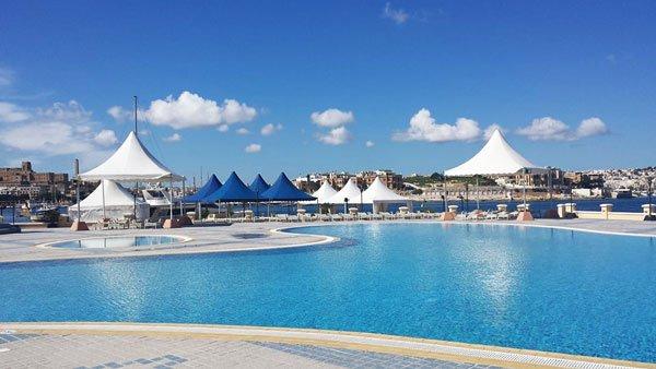 zonweringen aan zwembad grand hotel excelsior malta