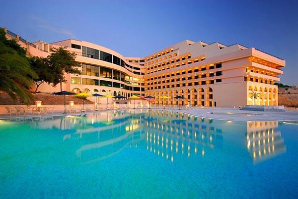 zwembad tijdens nacht grand hotel excelsior malta