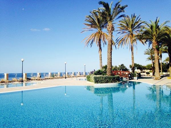zwembad zicht op zee radisson blu malta golden sands