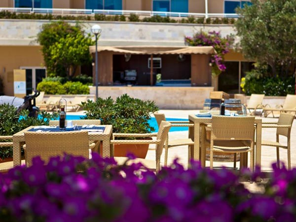 the lagoon bar and restaurant radisson blu golden sands malta