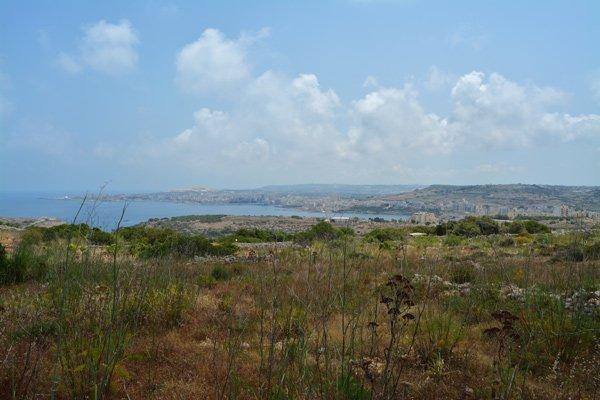 uitzicht op de mistra vallei van aan het paleis van selmun noorden van malta
