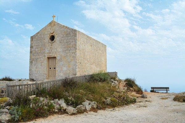 kapel met zitbank romantische plek aan dingli cliffs malta