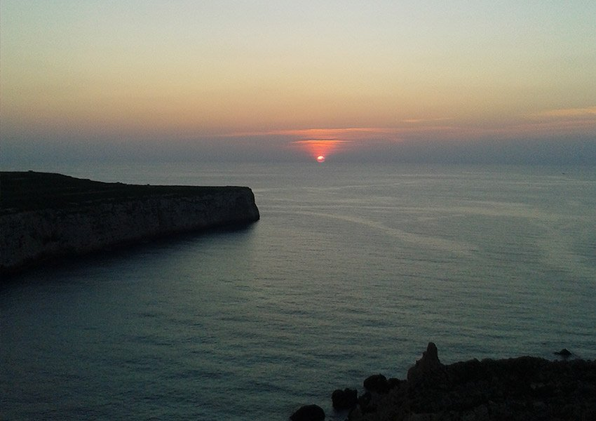 romantiek bij zonsondergang in fomm ir rih baai malta
