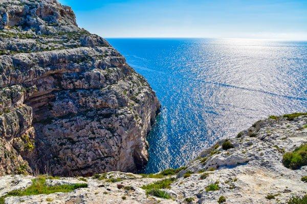 romantische wandeling aan kliffen blue grotto